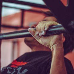 Klimmzugstange als Trainingsgerät für den Handstand