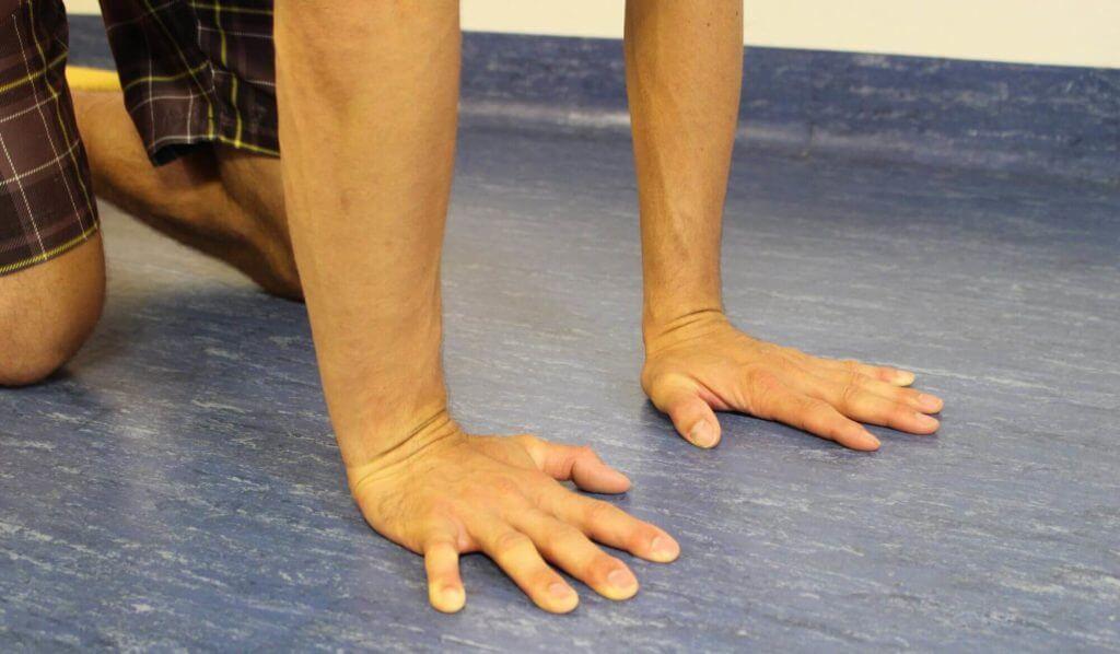 Beide Handflächen am Boden
