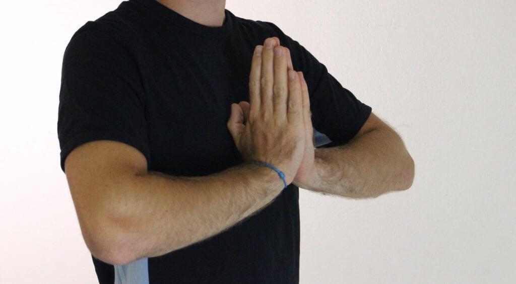 Handflächen aufeinander legen zum dehnen