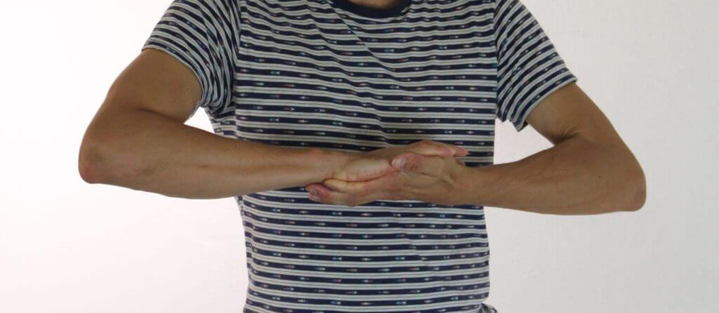 Die Handflächen drücken aufeinander