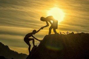 Hilfestellung beim Handstand beachten