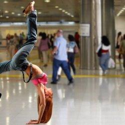Handstand Training in einem Kaufhaus